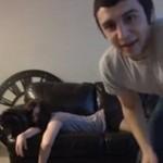 Dziewczyna zasnęła na kanapie - OGIEŃ!