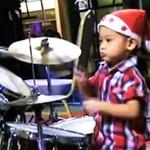 Ma 3 latka i WYMIATA na perkusji!