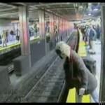 Pijana kobieta wpada pod pociąg - NAGRANIE Z BLISKA!