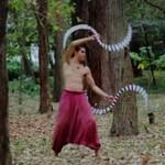 """""""Wężowy taniec"""" w środku lasu"""