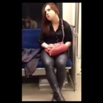 Opętana kobieta w metrze ZAATAKOWAŁA pasażera!