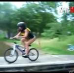 Rower + rampa = wypadek na Smogu