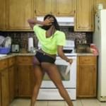 Czarnulka rozbiera się w kuchni (18+)