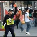 Policjant uskutecznia tańce na ulicy