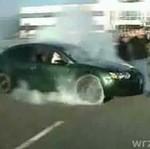 Wpadł pod auto na pokazie palenia gumy!
