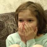 Dziewczynka ogląda wideo... z własnego porodu!