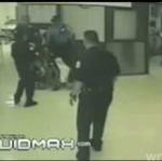 Wściekli gliniarze biją mężczyznę na wózku inwalidzkim!