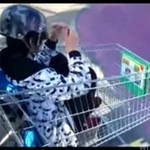 Kretyni bawią się sklepowym wózkiem