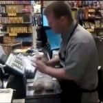 Ten kasjer kocha swoją pracę!