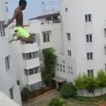 Szalony skok - z dachu do basenu!