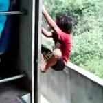 Dzieciaki bawią się w trainsurfing!