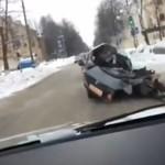 Pijany rosyjski kierowca ucieka połową samochodu