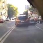 Motocyklista ZNOKAUTOWANY drzwiami!