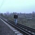 Kretyni bawią się z pociągiem!