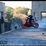 Motocyklowy popis na krawędzi