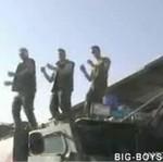 Znudzeni żołnierze z Kosowa