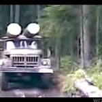 Rosyjscy kierowcy pokonują rzekę