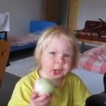 Dziewczynka zjada surową cebulę - HARDKOR!