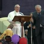 Mały chłopiec kontra papież