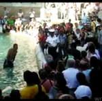 Zanurkował... w miejskiej fontannie!