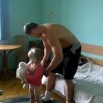 Uroczy hantelek - bycie ojcem lepsze niż siłownia!