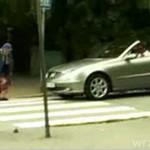 Babciu, przejdź przez jezdnię!
