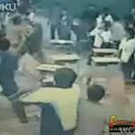Chińskie dzieciaki rzucają w siebie ławkami!