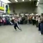 Breakdancer kopnął trzyletnie dziecko