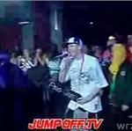 Biały raper zleciał ze sceny