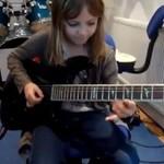 8-latka wymiata na gitarze