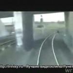 Zapomnieli, że powinni uważać na pociąg...