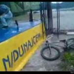Facet na rowerze - nie podskoczył...
