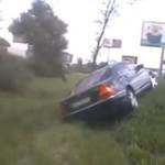 Mercedes jedzie na skróty
