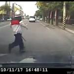 WBIEGŁ pod koła samochodu!