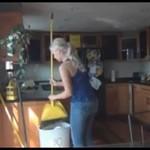Nikki i John - numer ze zmywaniem naczyń