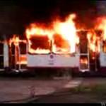 Szczecińscy strażacy gaszą płonący tramwaj