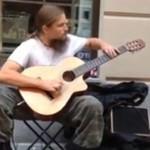 Ma niesamowity talent - i postanowił grać na ulicy!