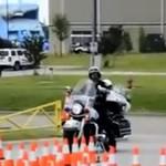 Oficer policji pokazuje, co potrafi na motocyklu