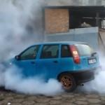Polacy demolują samochód