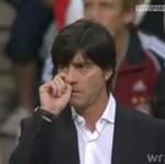 Trener niemieckiej reprezentacji wącha swoje pachy i zjada kozy!!!