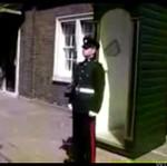 Jak rozśmieszyć brytyjskiego żołnierza! BEZCENNE!