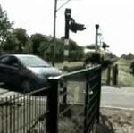 Szokujący fart na przejeździe kolejowym!