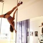 Profesjonalistka tańczy na rurze (18+)