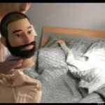 Tak ją wystraszył, że spadła z łóżka!