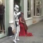 Stormtrooper tańczy w miejscach publicznych