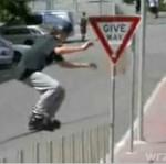 Deskorolkowiec kontra znak drogowy