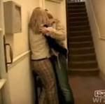 Wymiana pocałunków na szkolnym korytarzu