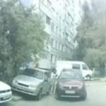 Kobieta rozrabia na parkingu