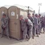 12 osób w przenośnej toalecie