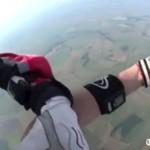 Dramatyczny moment: spadochroniarz uratowany!